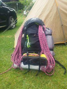 Un sac à dos bien chargé pour une montée en bivouac